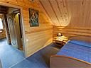 Спальня в срубовом коттедже